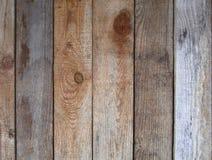 Gammal upprätt randig trävägg, staket, bakgrund arkivfoto