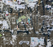 Gammal Urban smutsig betongvägg med den sönderrivna slitna skalade pappers- affischen, ANNONSER royaltyfri fotografi