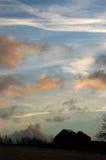 Gammal utan tak ladugård på solnedgången Arkivbild