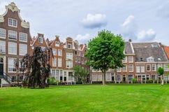 Gammal uteplats Begijnhof i Amsterdam, Nederländerna Arkivfoton