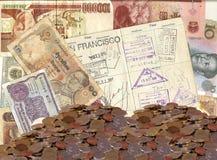 Gammal utländsk valuta och högar av myntar Royaltyfri Bild
