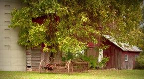 gammal utrustninglantgård Royaltyfri Foto