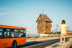 Gammal väderkvarn - ett av symbolerna av den gamla staden av Nessebar royaltyfria foton