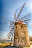 Gammal väderkvarn för salt produktion, Sicilien Arkivfoton