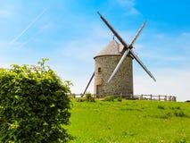 Gammal väderkvarn i Normandie, Frankrike Arkivbilder