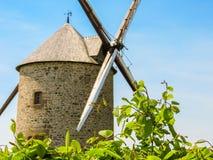 Gammal väderkvarn i Normandie, Frankrike Arkivfoton