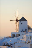 Gammal väderkvarn i Oia på ön av Santorini Royaltyfria Foton