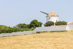 Gammal väderkvarn i Vila do Bispo fotografering för bildbyråer