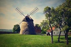 Gammal väderkvarn - Tjeckien Europa Härliga gamla traditionella maler huset med en trädgård Kuzelov - södra Moravia Arkivbild