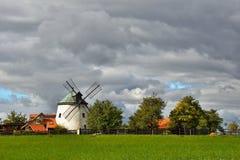 Gammal väderkvarn - Tjeckien Europa Härliga gamla traditionella maler huset med en trädgård Lesnï ¿ ½ - Tjeckien Royaltyfria Foton