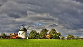 Gammal väderkvarn - Tjeckien Europa Härliga gamla traditionella maler huset med en trädgård Lesna - Tjeckien Arkivfoton