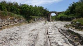 Gammal väg- och stenbåge arkivfoto