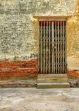 Gammal vägg av den thai templet Royaltyfria Bilder
