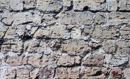Gammal vägg av skrapade tegelstenar Arkivbild