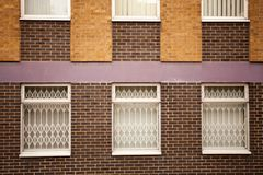 Gammal vägg för röd tegelsten med fönster i Wolverhampton arkivbilder