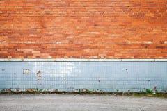 Gammal vägg för röd tegelsten med grå färger som belägger med tegel garnering Royaltyfria Foton