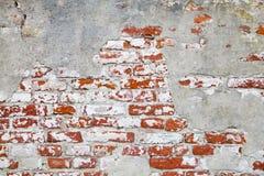 Gammal vägg för röd tegelsten med sprucken konkret bakgrundstextur Royaltyfri Bild