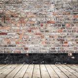 Gammal vägg för röd tegelsten och trägolv, abstrakt begrepp Arkivbild