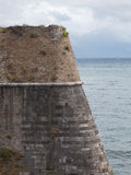 Gammal vägg för tegelsten för forthörnslott arkivfoto