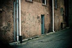 gammal vägg för tegelstengrafitti Arkivfoton