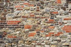 Gammal vägg från stenar och tegelstenar Arkivbild