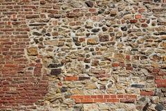 Gammal vägg från stenar och tegelstenar Arkivfoton