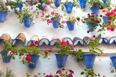 Gammal vägg med blommagarneringar, europeisk gata, Spanien Arkivbilder