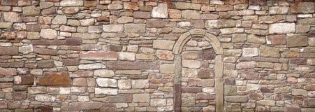 Gammal vägg med den walled-upp valvgången Royaltyfri Foto