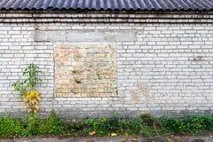 Gammal vägg med det bricked övre fönstret royaltyfria foton