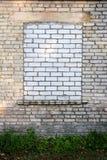 Gammal vägg med det bricked övre fönstret arkivbild
