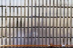 Gammal vägg med det gamla röret Arkivfoton