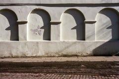 Gammal vägg med en skugga arkivbilder