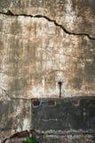 Gammal vägg med en spricka Arkivfoton