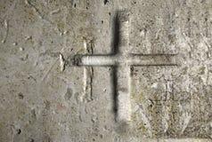 Gammal vägg med korset Arkivfoton