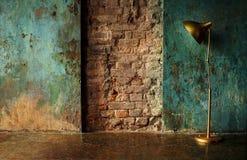 Gammal vägg med lampan arkivfoton