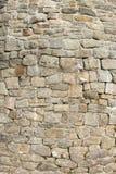 Gammal vägg med naturliga stenar Arkivfoton