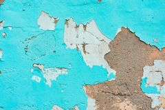 Gammal vägg med skalad av murbruk och kanstött turkosmålarfärg r arkivbilder