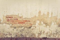 Gammal vägg med sprickabakgrund royaltyfria foton