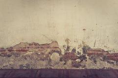 Gammal vägg med sprickabakgrund arkivfoto
