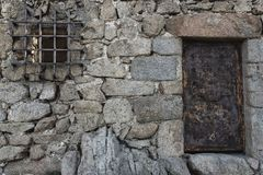 Gammal vägg och ytterdörren Arkivbild