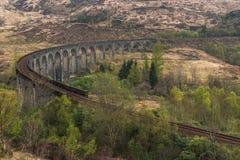 Gammal välva sig bro för drev järnväg arkivbilder