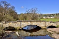gammal välvd bro Royaltyfri Bild