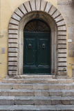Gammal välvd dörr med stensurround Royaltyfri Foto