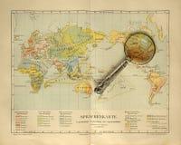 Gammal världskarta av med förstoringsglaset Royaltyfri Fotografi