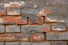 Gammal v?gg f?r r?d tegelsten f?r tappning med strilade Gray Cement Plaster Texture Background arkivbild