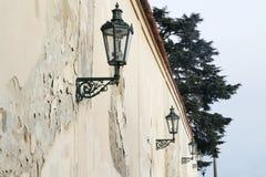 Gammal v?gg med lyktor i gammal stad i Prague royaltyfri foto