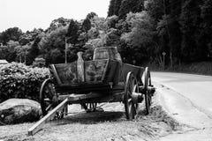Gammal vagn av det gamla v?stra royaltyfri bild