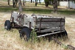 gammal vagn för lantgårdhö arkivfoto