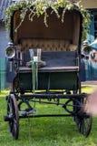 Gammal vagn i en äng royaltyfri bild