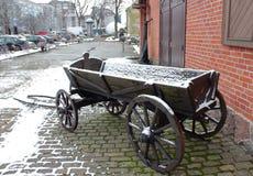 Gammal vagn i staden royaltyfri fotografi